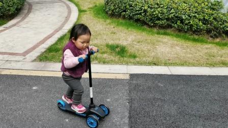 宝贝自己骑滑板车去游乐场,突然发现一片梅花开的正艳