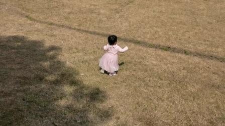 小区里的大草坪小朋友们的最爱,还有石头可以扔着玩