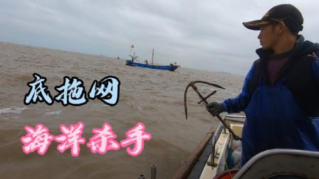 阿杰今天出海放排钩,碰到近海底拖网船所过之处寸草不生,很无奈