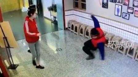 """火锅店地太滑,男子跌跌撞撞摔出一套""""街舞"""""""