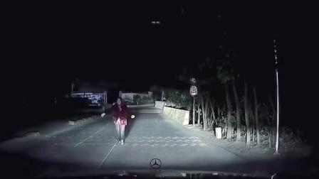 惊魂一刻!女子深夜独自开车,突遇诡异老人缓缓走来
