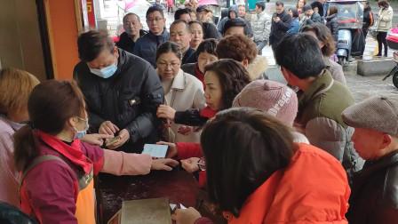 衡阳年味:正月十五闹元宵,大清早市民排队抢购元宵,场面火爆