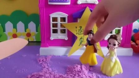 白雪公主和贝尔公主玩太空沙