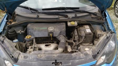 排气管跟发动机连接的地方下面不知道是油还是水?