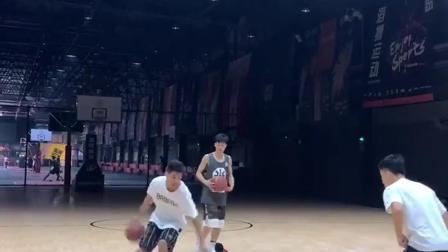 篮球教学:兄弟一起动起来