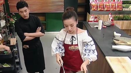 明星做饭比专业的还厉害,董洁下厨房好熟练,不愧是女神