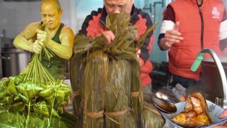 """广东""""最奇葩""""的粽子,几十年的名字两家""""抢""""着用,15元一个半甜半咸,都说最正宗,一个吃完还想吃,一个吃完想跑"""