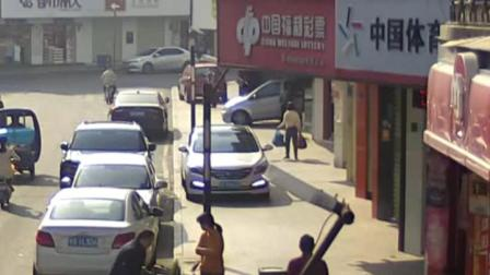 东莞一73岁阿姨违停后见到警车,一时心慌猛踩油门冲进服装店