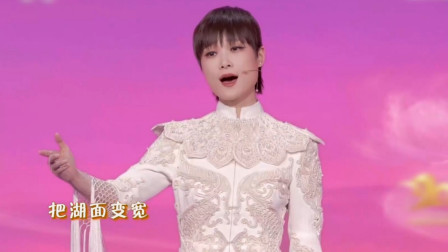 高级!李宇春再登上春晚表演节目《山水霓裳》,时装走秀又仙又飒