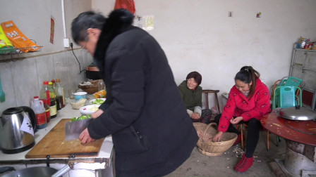天变冷,公爹不让儿媳做饭,自己受冷给家人做饭,待儿媳像亲闺女