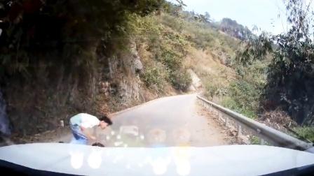 13岁的初中生边骑电车边看手机 一头撞上小轿车:全责!