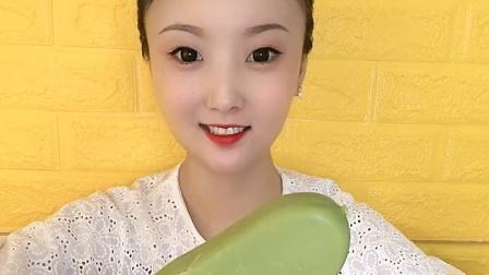 美女直播吃绿豆雪糕,喜欢吃吗?