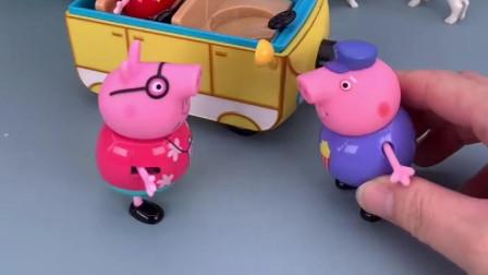 小猪佩奇和猪爸爸去买衣服,被猪爷爷发现,猪爷爷也要去