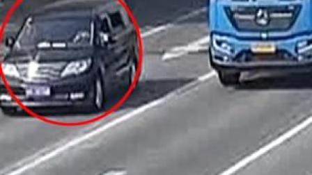 近日在广东东莞,一货车司机路怒症发作,拿铁管下车理论。对方选择报警处理。结果货车司机被记2分,罚款100元。