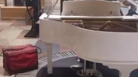 厉害了!26日,银川一外卖小哥送餐途中随手秀了一段钢琴。