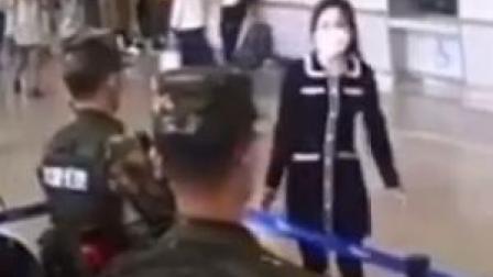 26日在吉林长春,一名女子给执勤武警送汤圆被婉拒。随后武警向女子敬礼致谢并目送女子离开。