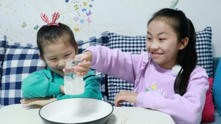 艾米儿给苏菲娅表演魔术,杯子里的水会不会倒出来呢?