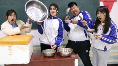 老师按勺子打饭一人一勺,不料女同学自制超级大勺,这下赔惨了