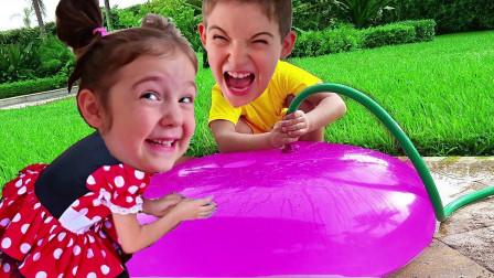 超好玩,萌娃小萝莉想出去玩,可是萌宝小正太为何不允许?怎么一起玩水气球呢?儿童亲子益智游戏