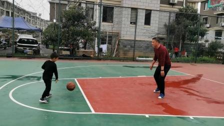 爸爸和哥哥打篮球,哥哥终于会拍着数跑了——亲子运动