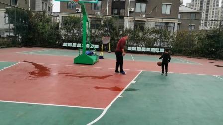 爸爸带着哥哥打篮球,篮球亲子运动