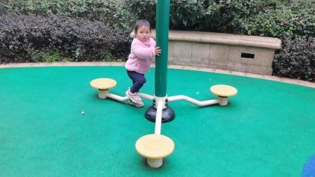 两岁萌宝学小猪佩奇蹦蹦跳跳