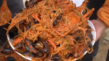 妈妈在大锅里煮了扇贝、小章鱼和鲍鱼等海鲜,看起来太棒了!