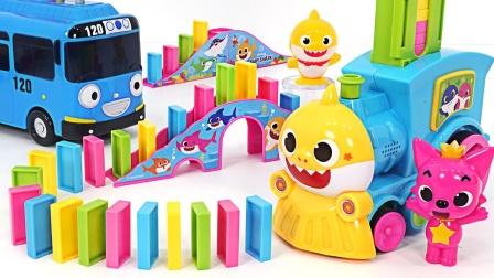 小动物小汽车一起玩多米诺骨牌