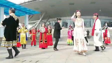 东营新疆舞 正月十五少年宫广场表演 真棒!                    (大海录制 谷九展上传)
