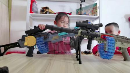 你们是喜欢姐姐手里的软弹枪,还是弟弟手里的玩具枪