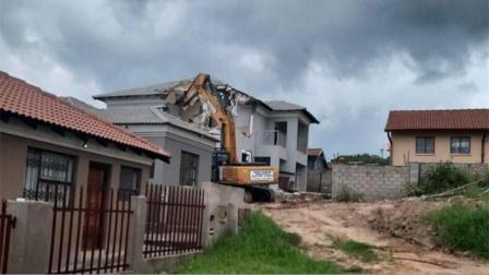 富商刚给女友建完别墅对方就提出分手 气得直接找来了挖掘机