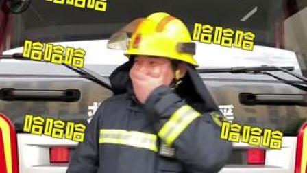 """消防员火海中救出作业本,嘱咐队友""""保护好""""!消防员:孩子的童年不能没有寒假作业...😂"""