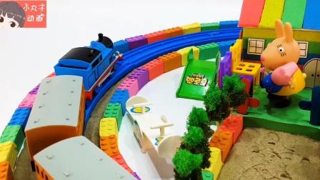 小猪佩奇游乐园玩耍跷跷板 托马斯小火车接送山羊