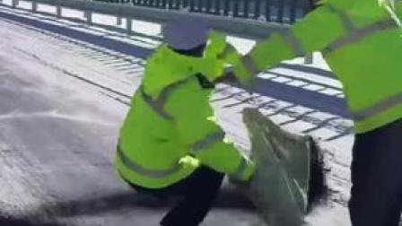 心疼!交警消除路面冰雪时不小心摔跤…网友:这一摔太帅了!