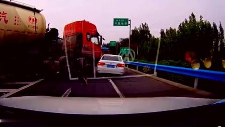 监控:大货车这个盲区真费钱,这一次要赔多少钱呢