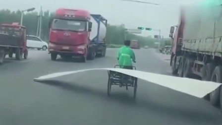 监控:大爷骑三轮车上路太霸道,下一秒你们憋着别笑