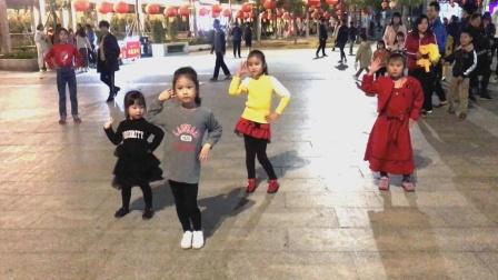 这几个跳《广场舞》的孩子好可爱,路过的人看到都很羡慕