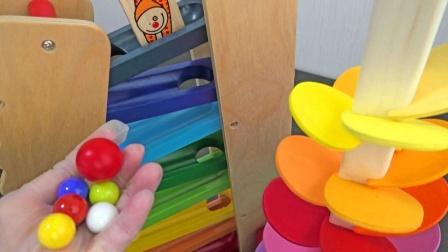 大理石球通过彩色木质楼梯和七彩树