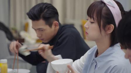 韩商言下厨包饺子,佟年热情的捧场,吃的还真是香
