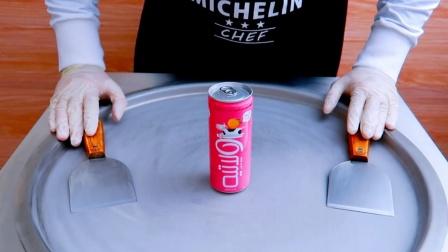 像这样做炒酸奶你敢吃吗?草莓酸奶浇在饮料上瞬间变色,美味神奇