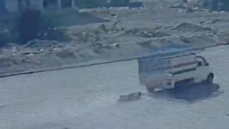 妻子复仇将家暴丈夫绑在货车上 拖行500米致其重伤
