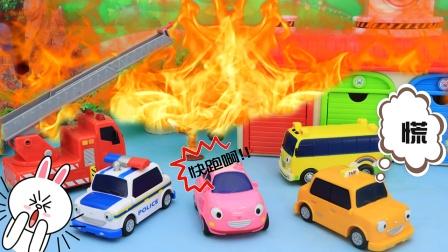 交通救援队齐心协力灭大火