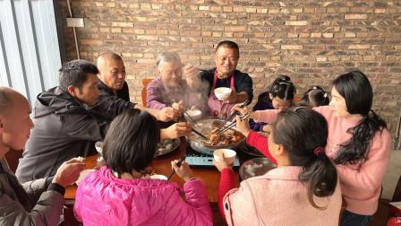 随便搞一桌海鲜火锅,十几人吃饱才花800多,阿胖山被扇贝烫嘴了