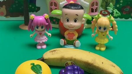 小头爸爸给大头切水果吃啦,有香蕉,还有草莓