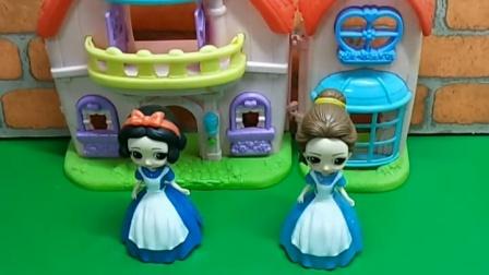 王后给公主买了裙子,让公主自己选择,贝尔选择了粉色的裙子