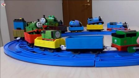 组织展示介绍好多辆不同款式托马斯火车,圆形轨道火车转圈圈玩游戏