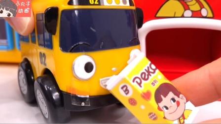 铲车带来了小龙新玩具 宝宝巴士品尝饮料