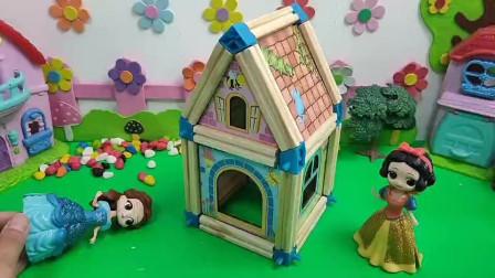 白雪把小房子盖好了,贝儿气坏了。