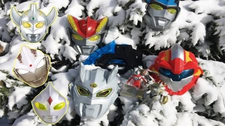 安迪在雪地里找到奥特曼变身武器面具玩具