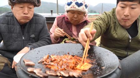 和家人一起吃红酒腌制过的五花肉,爸爸说这是他一直渴望的味道!